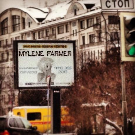 Après avoir assuré une promo ultra efficace en France  pour la sortie de Monkey Me, Mylène Farmer a passé quelques jours en Russie, histoire de présenter son album et de promouvoir les concerts qu'elle donnera là-bas en 2013.