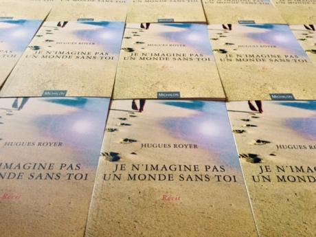 C'est aujourd'hui que paraît en librairie mon nouveau livre. Des traces de pas sur le sable, le reflet du soleil dans l'eau... Une invitation à la lecture !